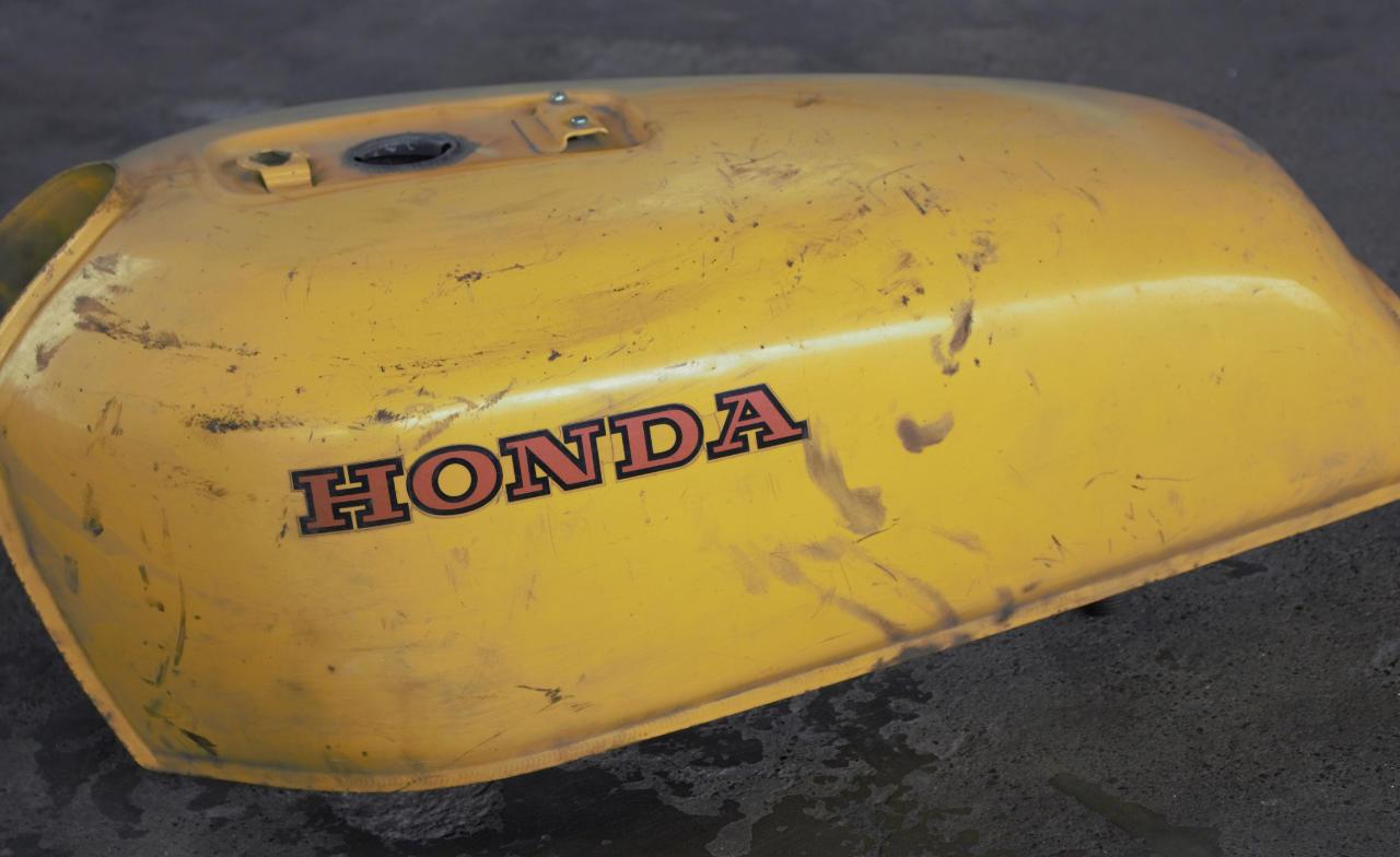 Sandstrahlen - Motorradkarosserie - Tank - vorher